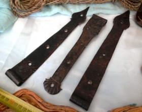 Colección de antiguas bisagras principios siglo XX. Hechas en forja. 3 piezas. Estilo medieval.