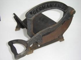 Vieja cortadora de pan. Marca Germania. Emblemática y rústica.