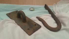 Ganchos antiguos para colgar embutidos. Rústicos