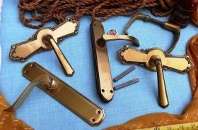 Lote de manillas y tiradores de puertas (5 piezas)