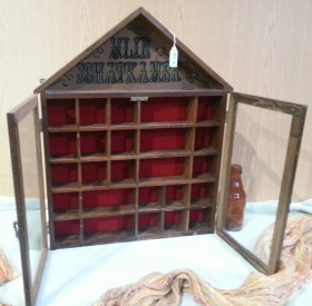 Vitrina en madera. Acristalada. Perfecta para exponer miniaturas.